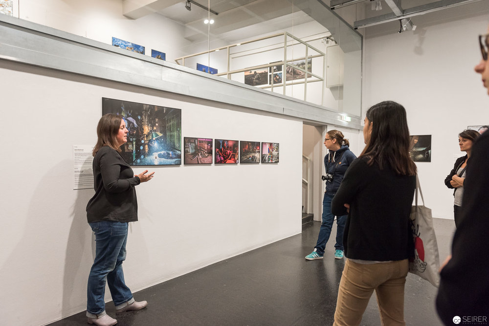 Eva Mühlbecher erklärt eine Serie der World Press Photo