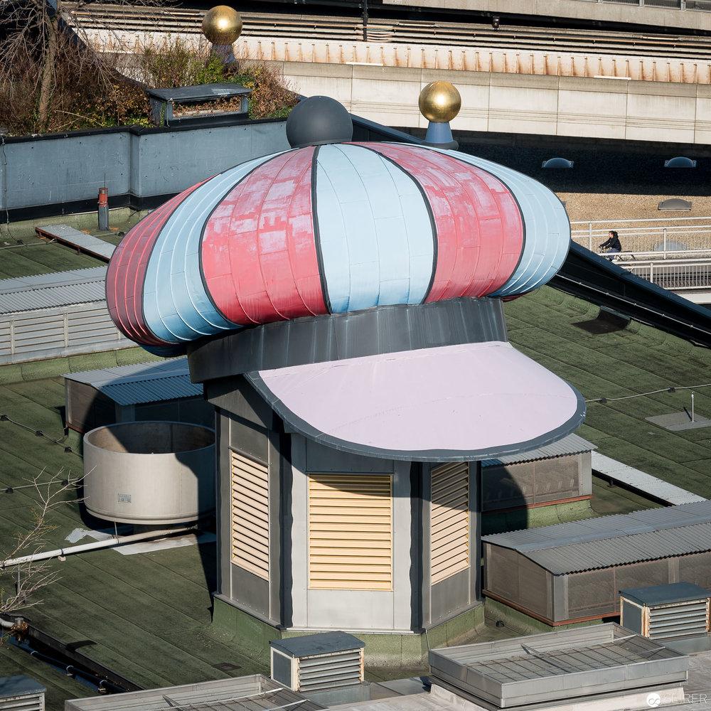 Hundertwasser Mütze über hässlichem Lüftungsausgang am Dach der Müllverbrennungsanlage Spittelau