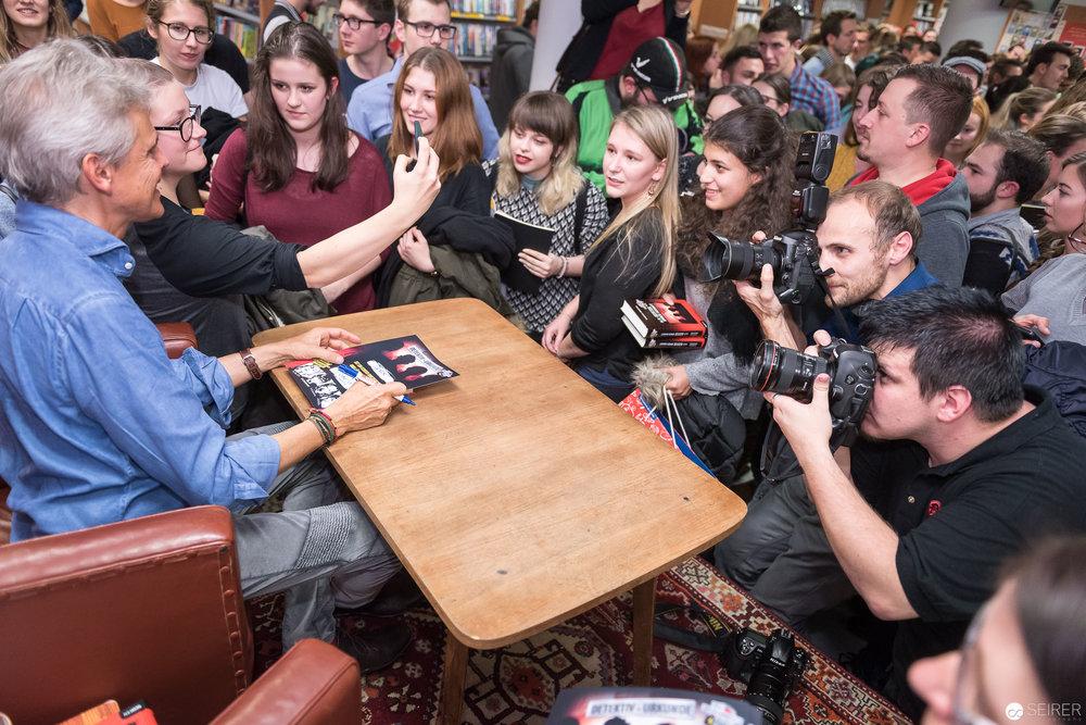 Thomas Brezina beim Signieren im Gespräch mit Fans