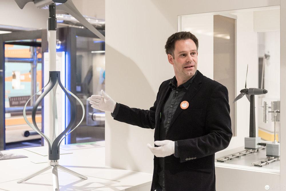 Mag. Bernhard Schmidt, Teamleitung, Energie & Bergbau, präsentiert das letzte Objekt mit dem die Ausstellung vervollständigt wurde