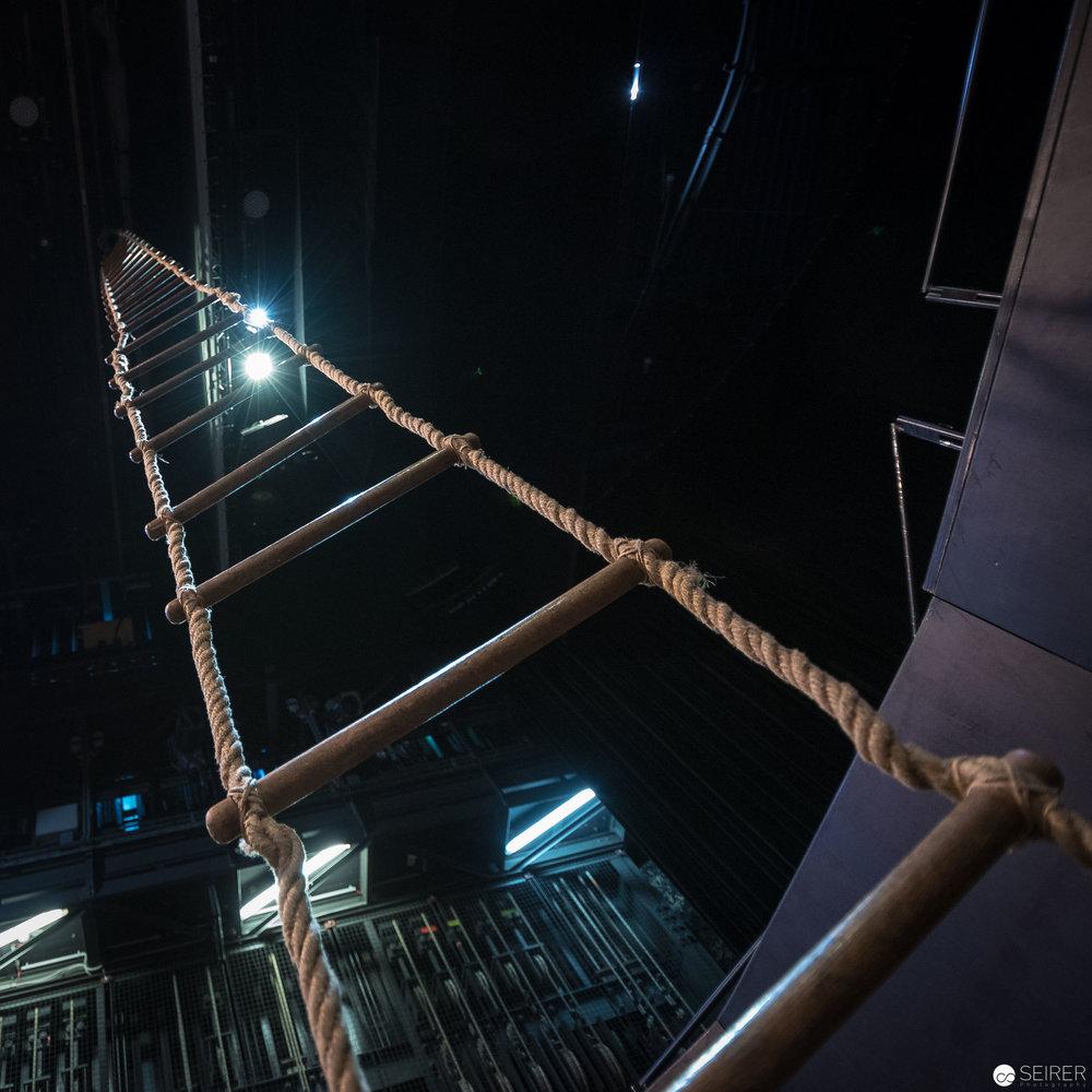 """Die Strickleiter hat eine wichtige Funktion im Stück """"Höllenangst"""" von Nestroy"""