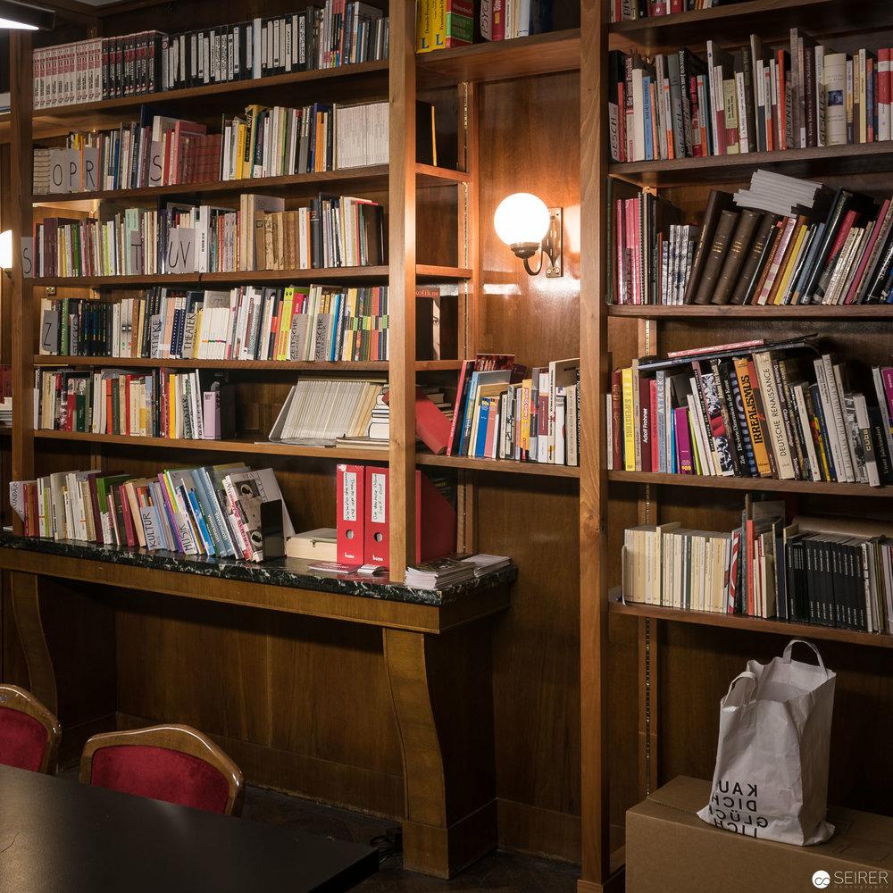 Salon mit einer gut sortierten Bücherwand mit Geheimzugang zu einer Loge (geplant für Adolf Hitler, der aber nie im Volkstheater war)