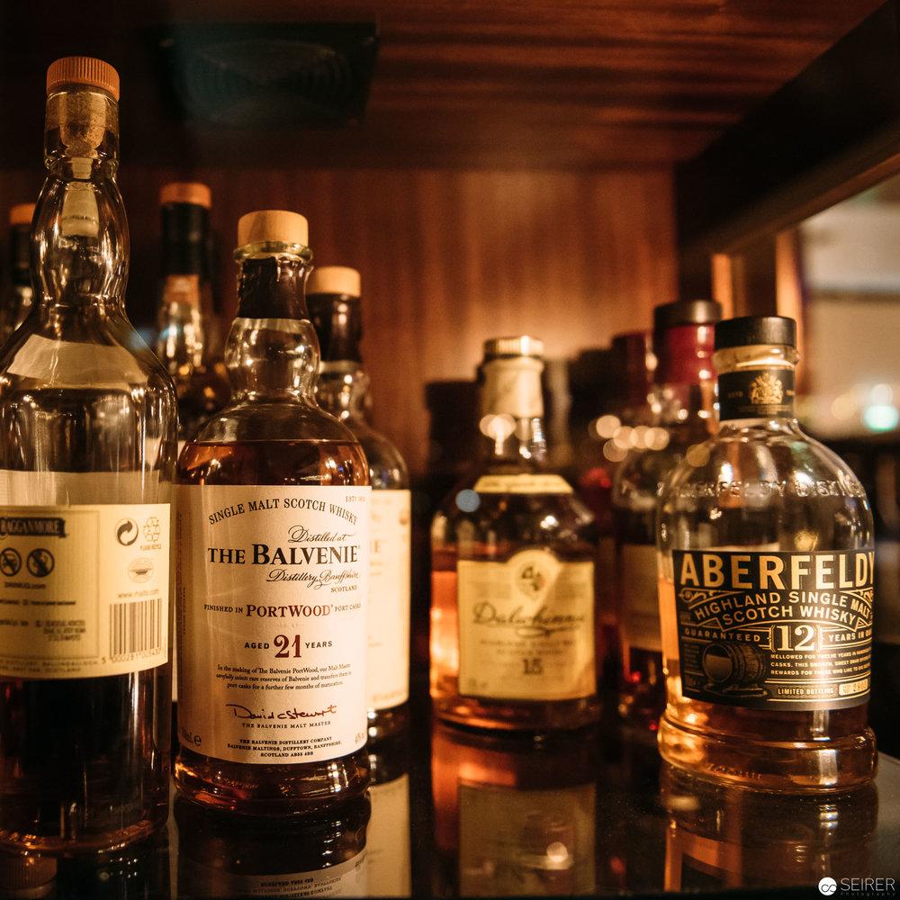 Umfangreiche Whiskey- und Cognag-Sammlung in der Intermezzo Bar im InterContinental Hotel Wien