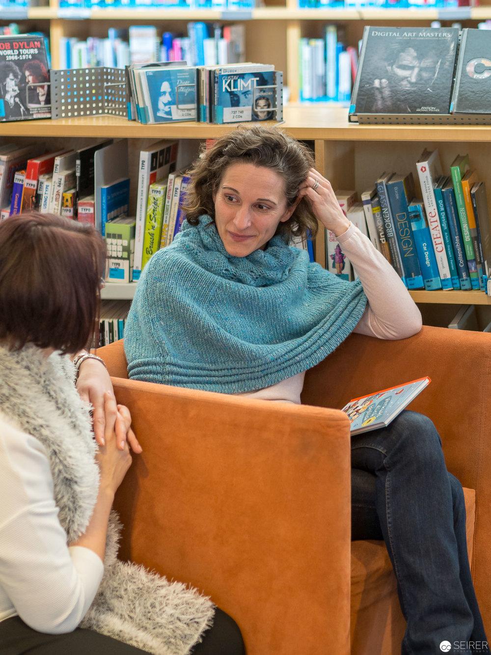 Janett Cernohuby und Melanie Laibl in der Hauptbücherei Wien
