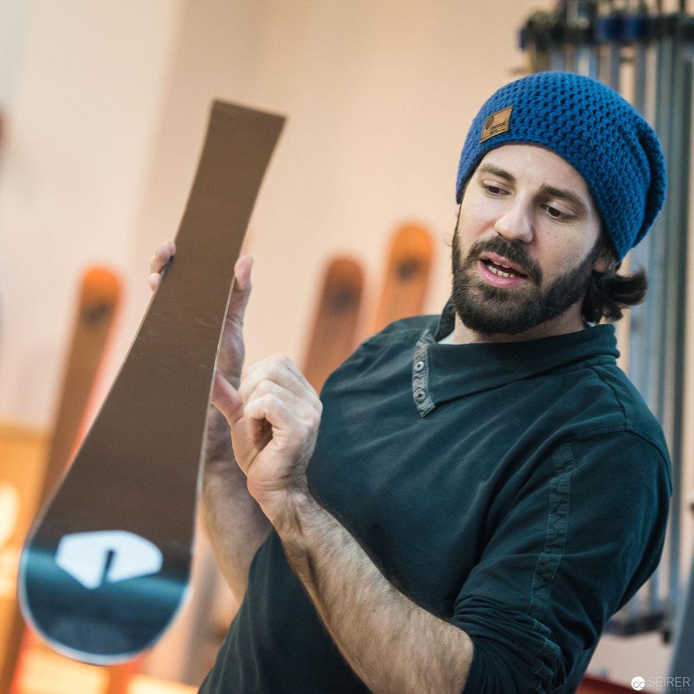 Dominic Hafner, technischer Leiter bei Ünique erklärt das Kantenschleifen