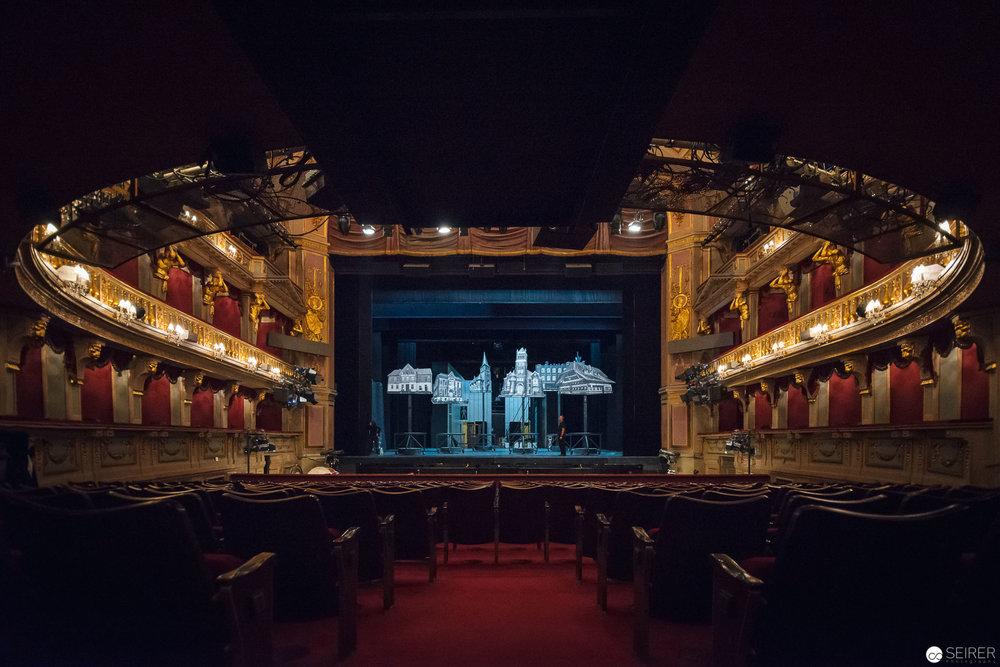 Blick vom Zuschauerraum auf die Bühne. Die letzten Kontrollen des Bühnenbildes werden vorgenommen.