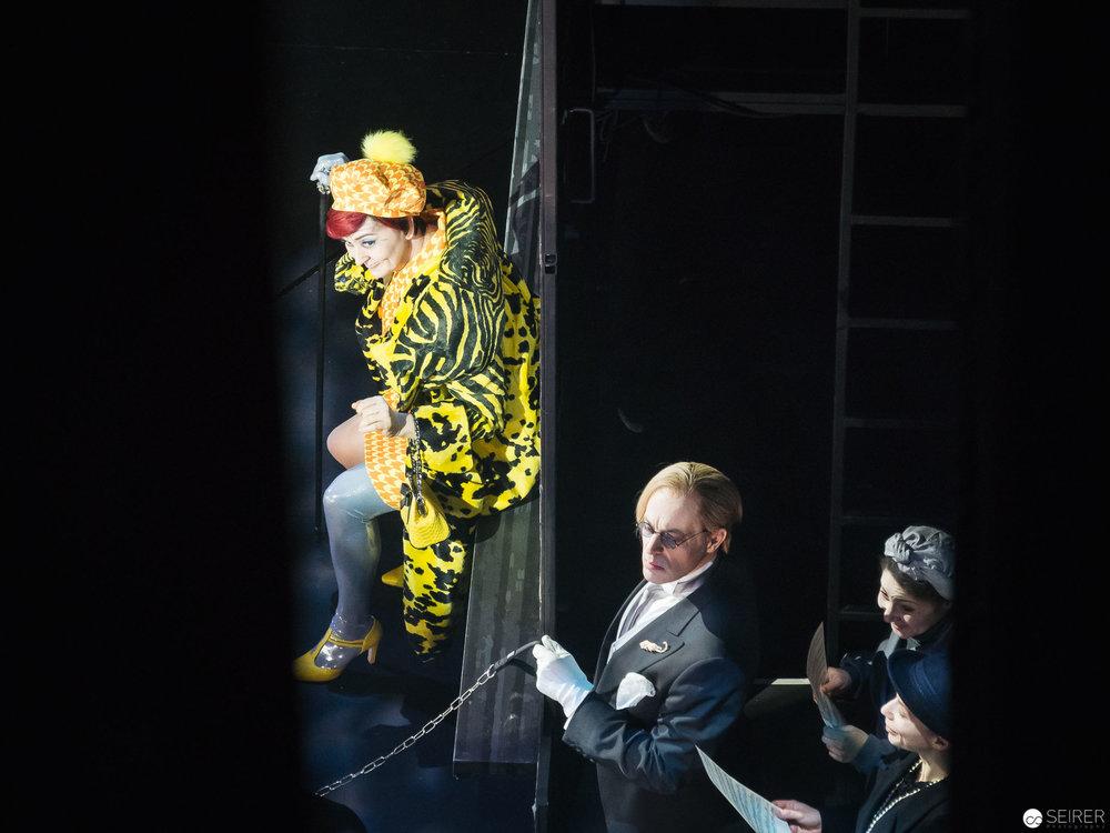 Die alte Dame (besetzt mit Katarina Karneus) und Boby, ihr Butler (Mark Milhofer).