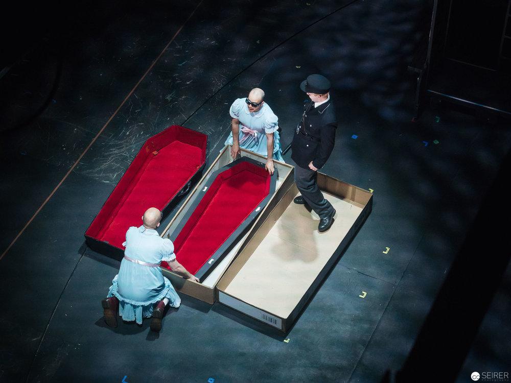 Die alte Dame bringt den Sarg für Alfred Ill gleich mit - fotografiert vom Schnürboden aus.