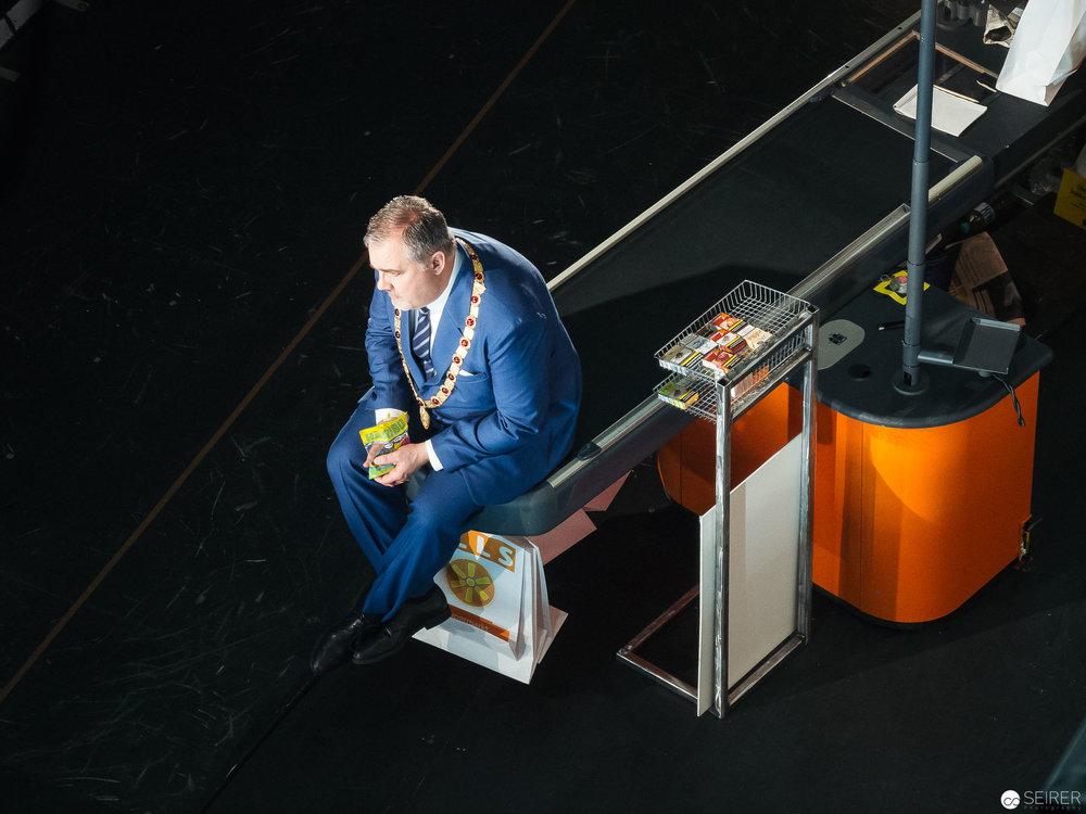 """Der Bürgermeister in """"Der Besuch der alten Dame"""" vom Schnürboden aus (besetzt mit Raymond Very)."""