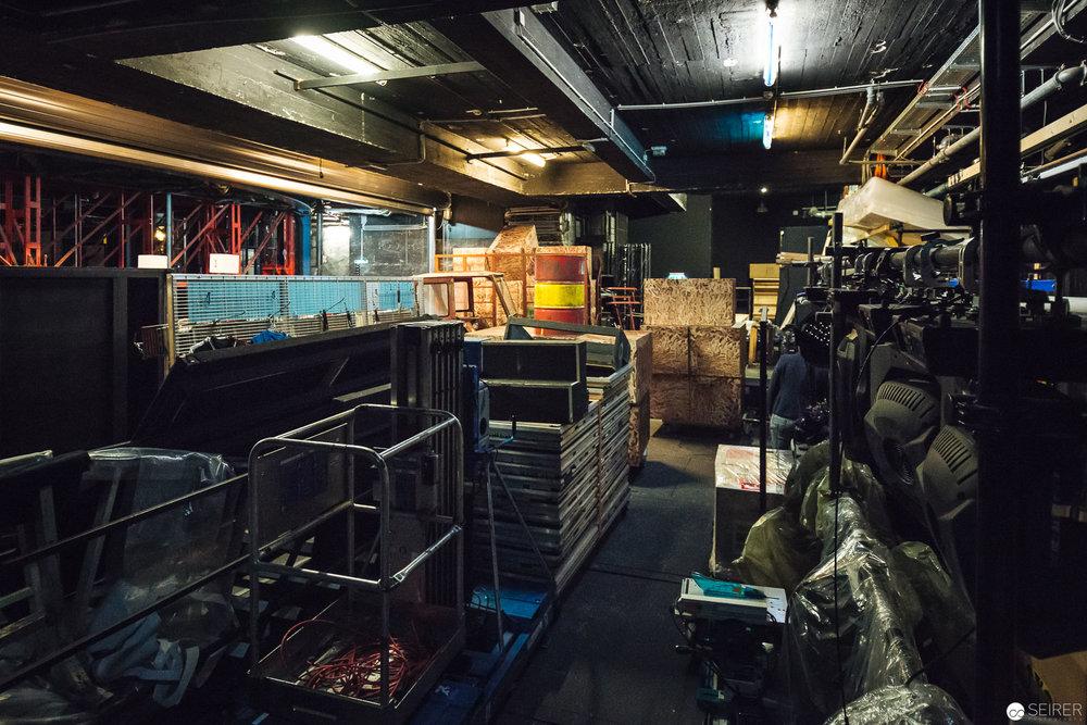 Auf diesem Bild ist keine Lagerhalle für Theaterrequisiten zu sehen. Alles auf dem Bild wird für den 2. und 3. Akt von hier auf die Bühne transportiert. Ein logistisch ziemlich aufwändiger Vorgang.