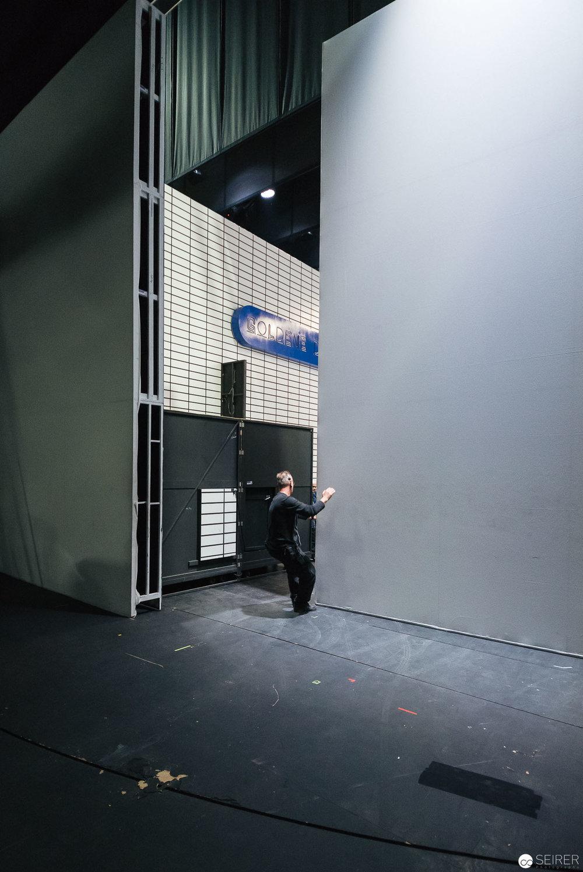 Verschieben der wuchtigen Bühnenelemente.
