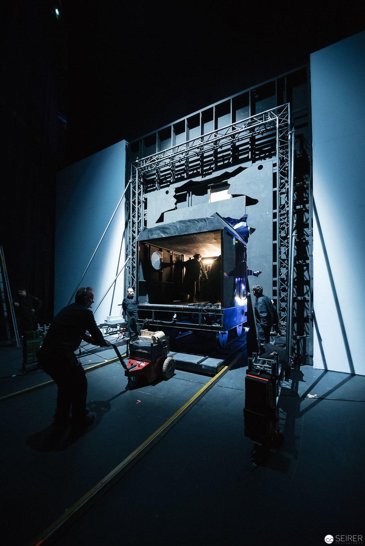 Die Lock nach dem Durchbruch auf die Bühne. Danach steigen 8-10 Leute ein und fahren mit ihr wieder hinter die Bühne.