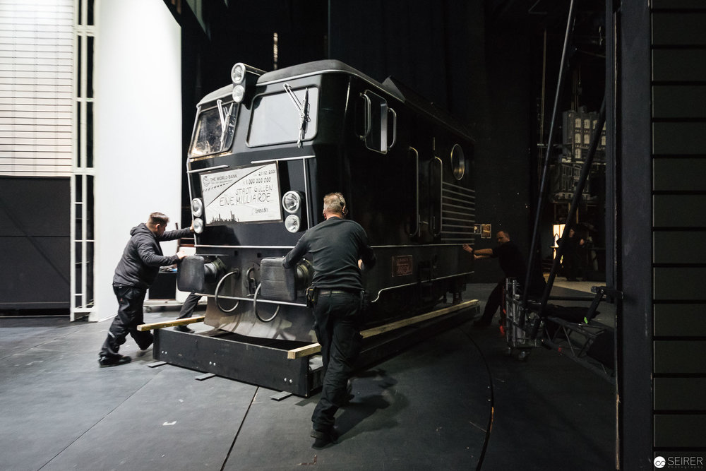 Die Lok wird auf Schiene gebracht.(c) Michael Seirer Photography