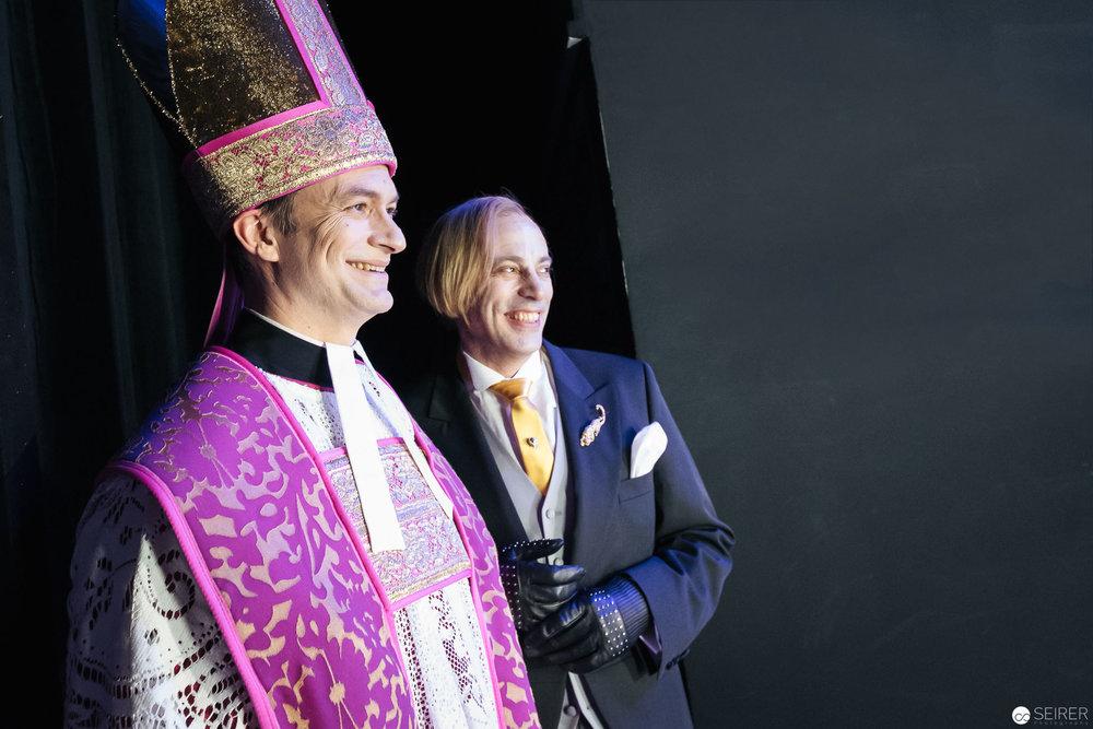 Boby (Mark Milhofer) und der Pfarrer (Markus Butter) warten auf ihren Auftritt. (c) Michael Seirer Photography