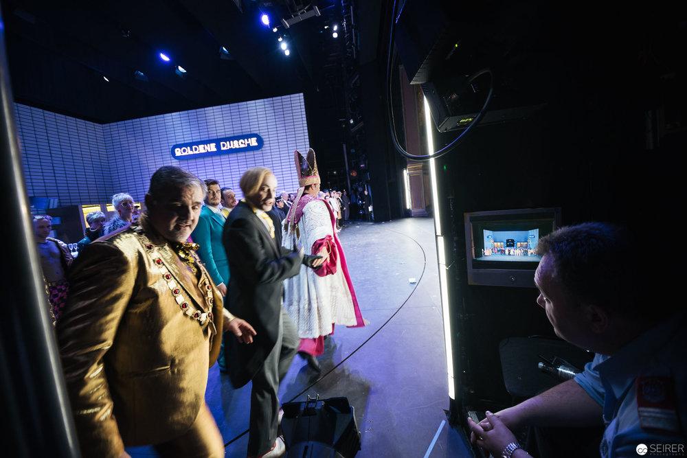 Ein weiteres Mal geht es raus auf die Bühne in den Applaus. Beobachtet vom Brandschutzbeauftragen der Feuerwehr. (c) Michael Seirer Photography