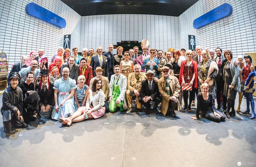 """Gruppenfoto vom Ensemble """"Der Besuch der alten Dame"""" im Theater an der Wien 2018.(c) Michael Seirer Photography"""