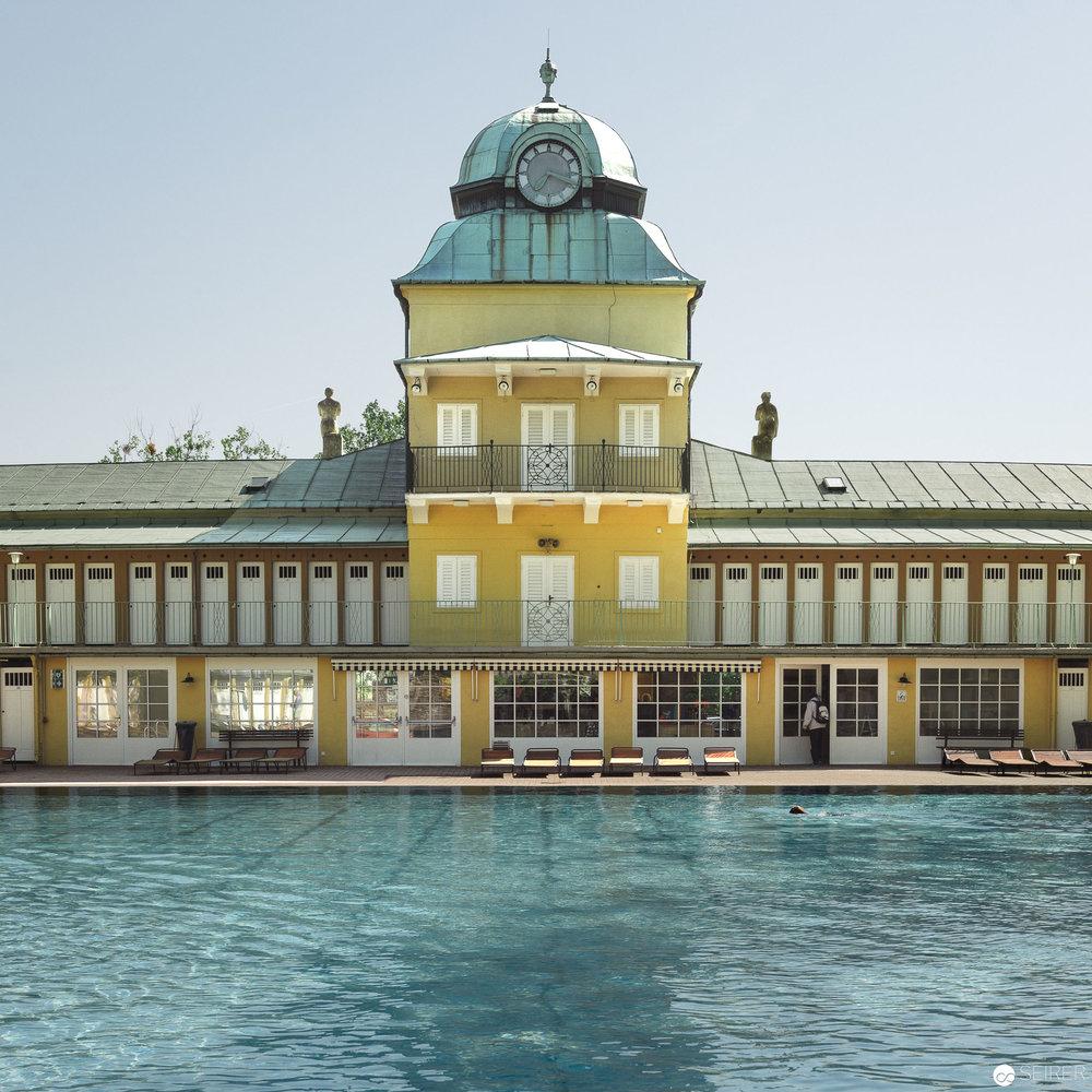 Das blaue Becken inkl Haupthaus des Thermalbads Vöslau