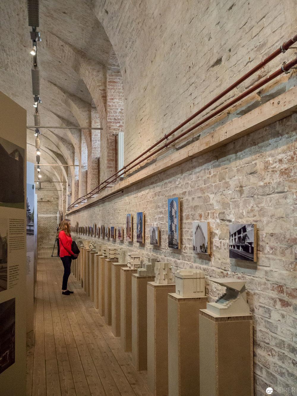 Kleine Modelle aus Beton zeigen Teile von herausragenden Bauten