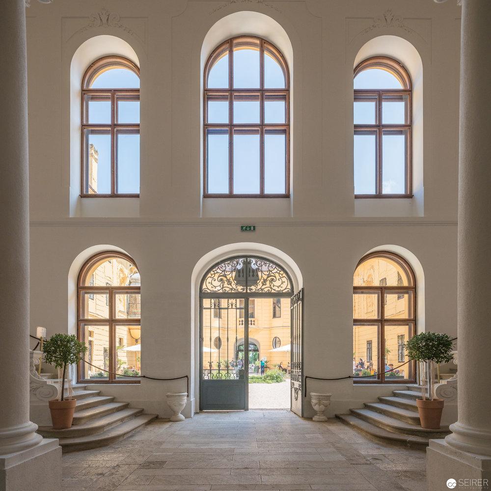 Blick vom Eingangsbereich in den Innenhof von Schloss Eckartsau