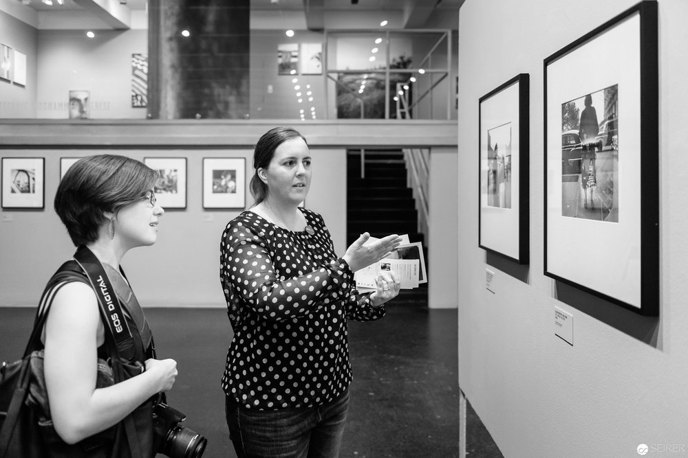 Eva Mühlbacher erklärt eines der Selbstportraits von Vivian Maier