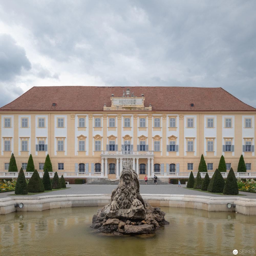 Hauptgebäude Ostansicht, im Vordergrund der Kybele/Ceresbrunnen Schloss Hof