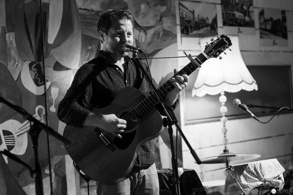 Shane Ó Fearghail auf der Bühne im Cafe Siebenstern