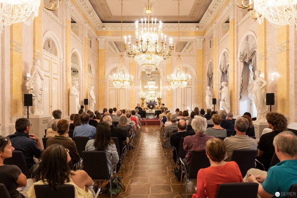 Alfred Seiland beim Talk im Musensaal der Albertina