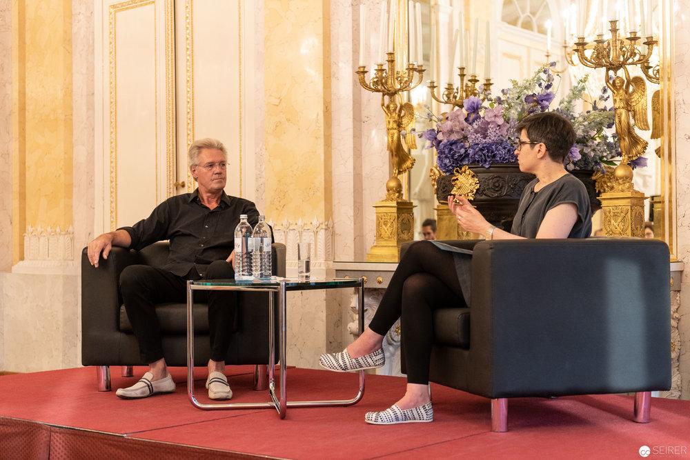 Alfred Seiland im Musensaal der Albertina im Gespräch mit Kuratorin Anna Hanreich