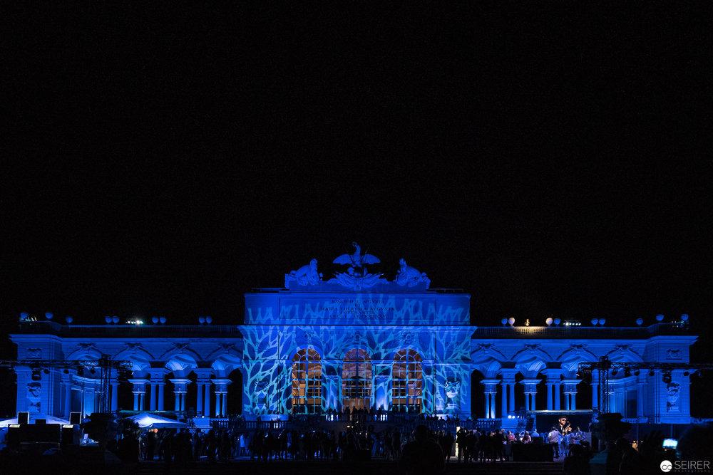 Blau beleuchtete Gloriette