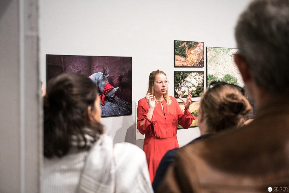 Sanne Schim van der Loeff, World Photo Press Kuratorin bei ihrer Führung im Westlicht