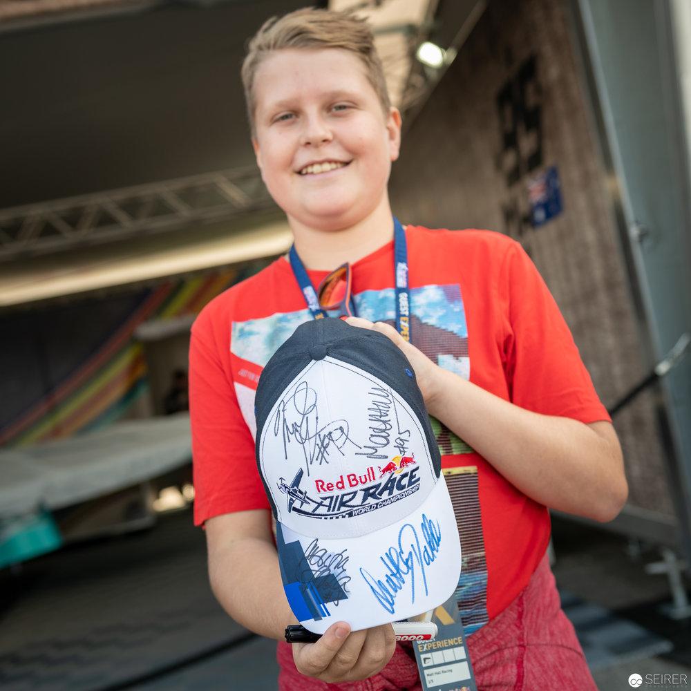 Stolzer Fan mit einem Autogramm von Martin Sonka, dem Gewinner des Red Bull Air Race 2018 in Wiener Neustadt