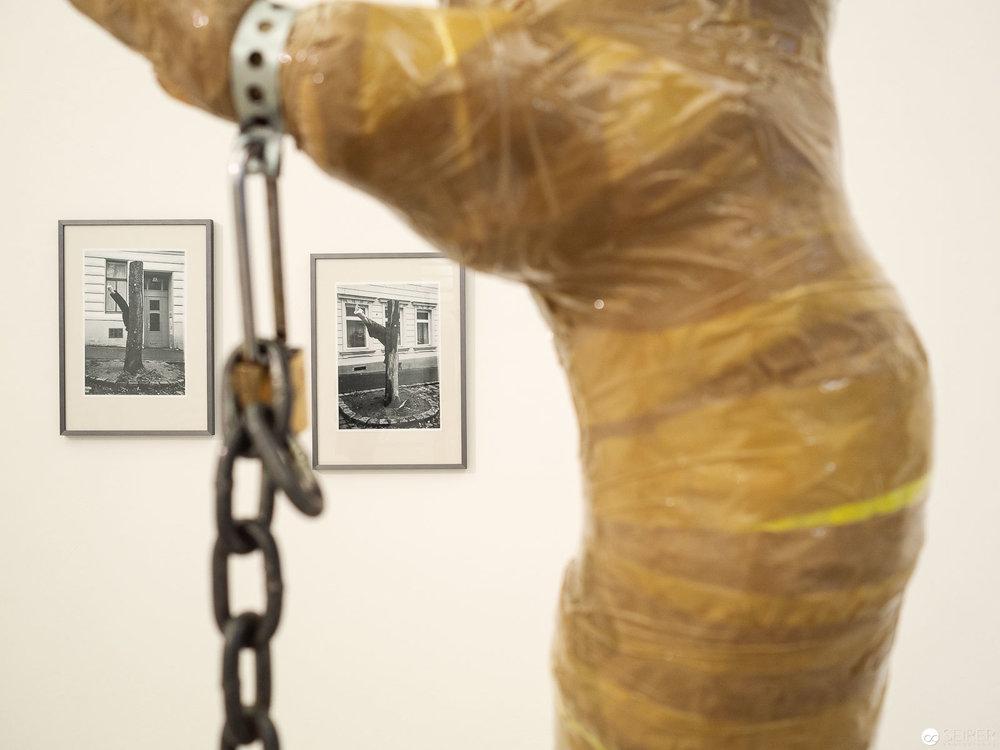 """""""Homegrown Freaks"""", Michéle Pagel. Grundideen der Skulptur sind im Hintergrund zu sehen."""