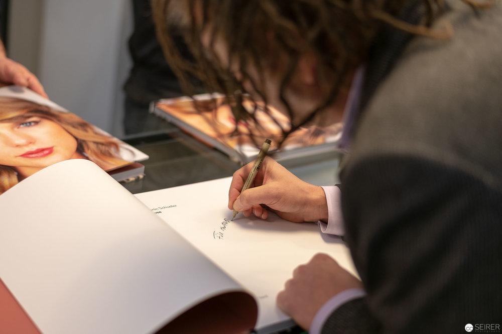 Martin Schoeller beim Signieren im Ostlicht.
