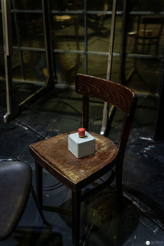 """Der berühmte rote Knopf auf der Hinterbühne von """"jedermann (stirbt)"""" im Burgtheater"""