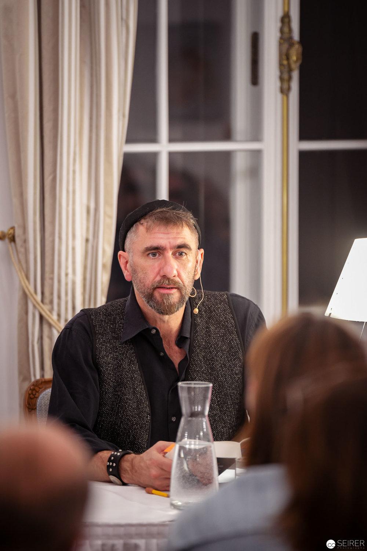 """Alexander Tschernek liest aus dem Thrillre """"Fünf plus Drei"""" von Arne Dahl"""