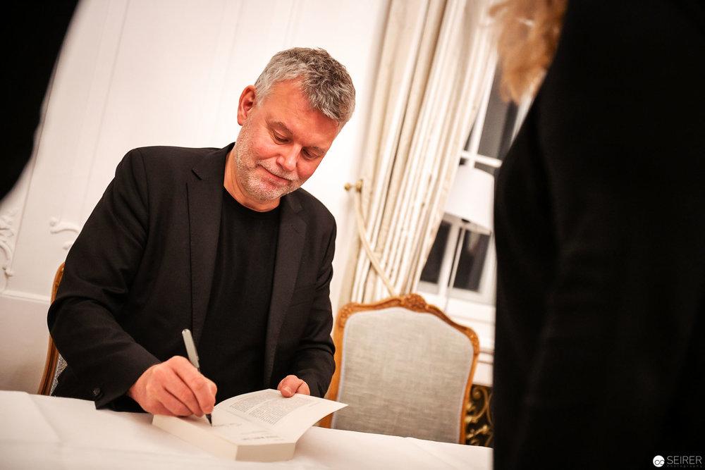 Autogrammstunde mit Arne Dahl