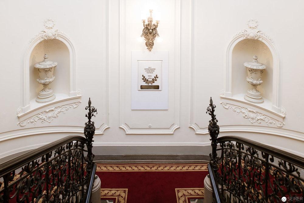 Blick von oben auf die Treppe in den 1. Stock des Billrothhauses