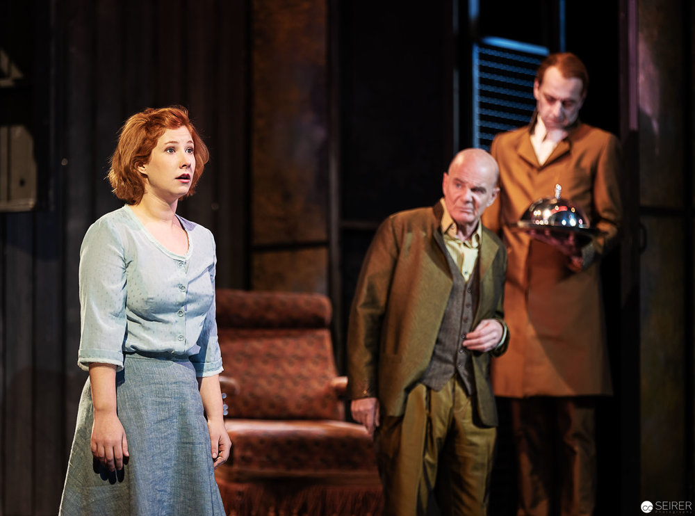 Lottchen (Lisa-Carolin Nemec), Lorenz (Johannes Seilern) und Habakuk (Paul Matic), Der Bauer als Millionär - Theater in der Josefstadt