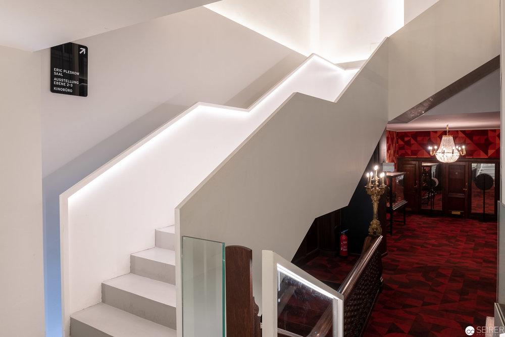 Übergang von alter und neuer Architektur - im Vordergrund die zwei Panele aus Glas und Holz.