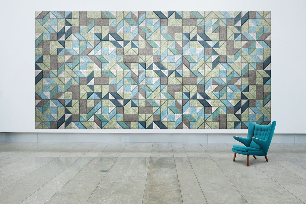 Farbige Holzwolle-Module in geometrischen Formen