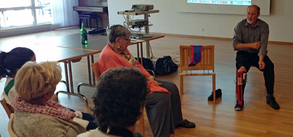 Projektleiter Frants Christiansen aus Dänemark erläutert die Funktionsweise. Bewohnerinnen und Personal begutachten neugierig die elektronischen Stützstrümpfe. Heimbewohnerin Romy Schweingruber zweifelt an der Ästhetik, nicht an der Funktion.