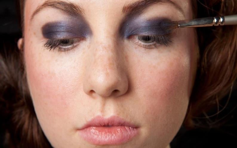 Aplique a sombra azul escura em toda a pálpebra móvel e também no canto do olho, indo até a sobrancelha e esfume essa região