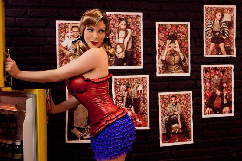 Sheila Mello faz pose em estilo pin up (Foto: Iwi Onodera/EGO)