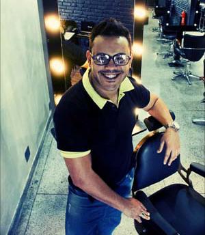 """Rogério Santos em 2009, no """"Retrozinho"""", a primeira unidade Retrô Hair, com espaço pequeno, equipe enxuta e muitos sonhos pela frente.  Veja o seu depoimento."""