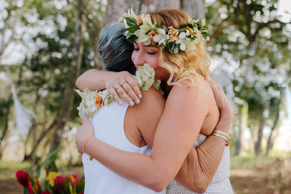 Brides hugging her mother. Nicaragua wedding Photography
