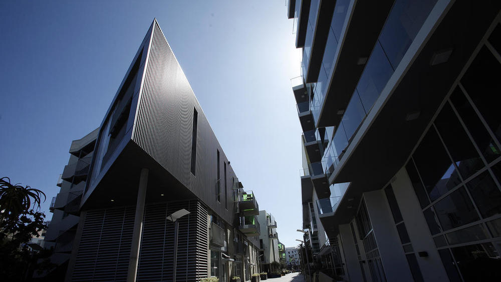 Photo Credit: Genaro Molina / Los Angeles Times.In Santa Monica, a new seaside complex mixes luxury condominiums and affordable apartments in an intriguing neo-modern design with open space.