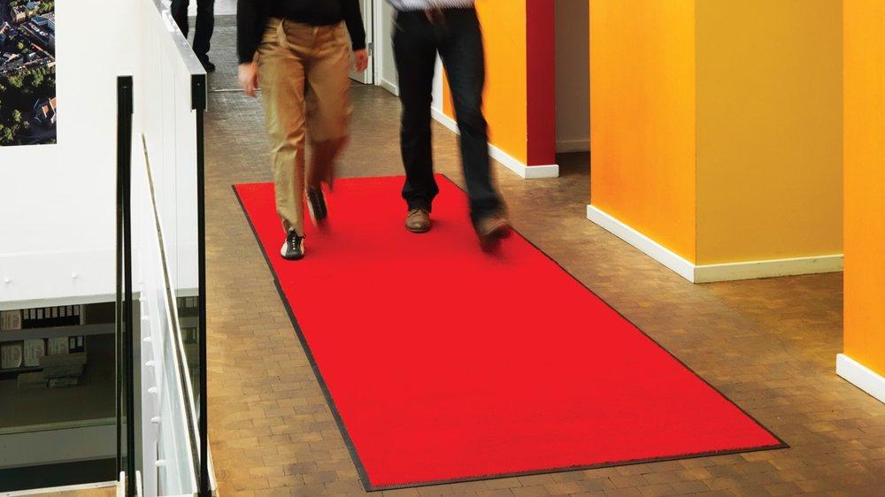 «VIP»-matter - for spesielle anledninger - «VIP»-matten er en profesjonell matte produsert av 100 prosent «high twist Everwear® solution-dyed Econyl»-garn. Det gjør at matten tar opp store mengder sand, fukt og blandet smuss og beskytter gulvene.Den spesielle fagren «Scarlet red» gjør matten tilpasset for ulike events. Mattene er laget av 100 prosent gjenbrukstekstil og vil redusere renholdskostnadene.Klikk her for produktark med mer informasjon.