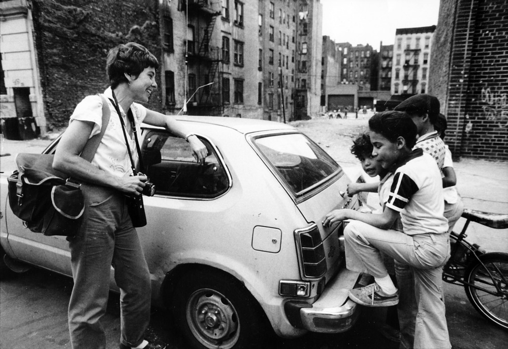 Martha Cooper speaking with neighborhood kids, (Lower East Side 1977-1980) from Street Play © Martha Cooper