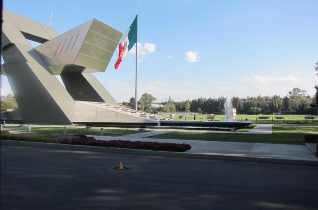 Sunny walk down Reforma (near Parque Chapultepec).