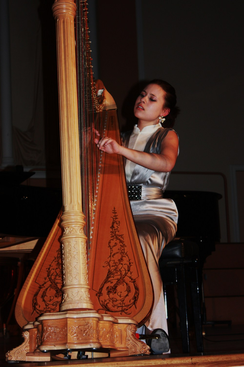 Valeria Kurbatova - Solo harp, available for bookings.